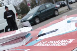 diffusion de tracts La France Insoumise sur le marché de Craponne